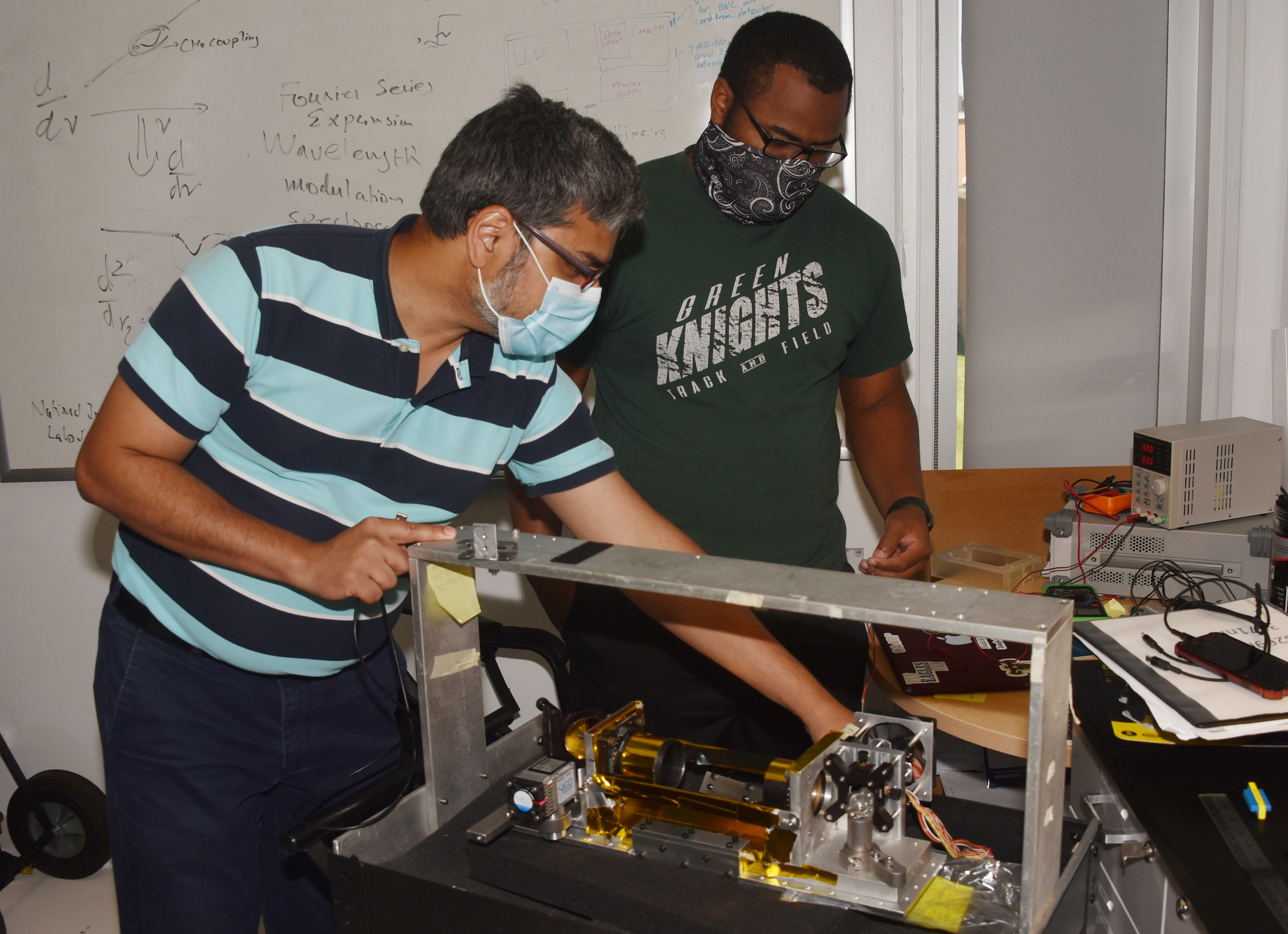 Dr. Amir Khan shares knowledge with Andrew Horne, a engineering undergraduate.